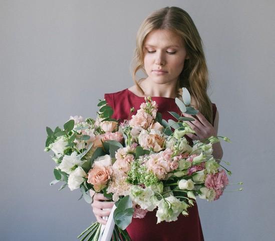 floristika-oformlenie-muzhskih-buketov-evropa-plyus-dizayn-buketov-iz-roz-hrizantem
