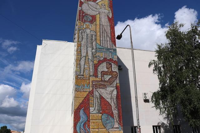 3895fab17 Фасад монументальной постройки под названием Дворец культуры УМПО украшает  мозаика, выполненная из смальты. Три грандиозные фигуры демонстрируют ...