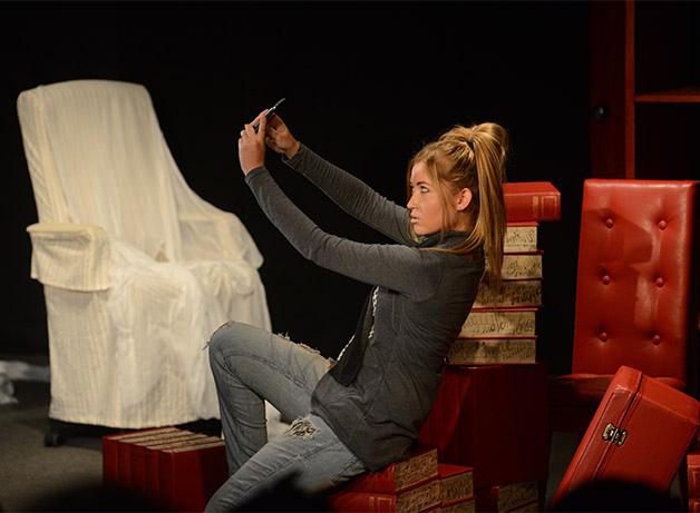 Актрис раздели на сцене