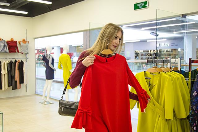 Всё верно, с новой одежды! Так и поступила наша героиня, решив обследовать  все магазины одежды, открытые в торговом центре. Терзание вешалок, муки  выбора, ... 7eaf0921b94